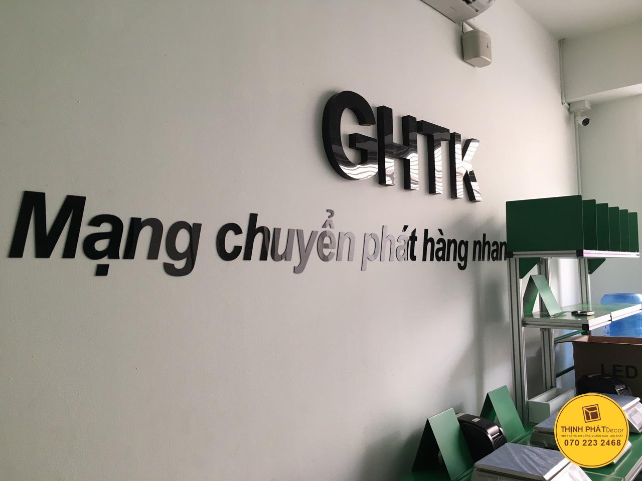 Thi công chữ nổi mica logo GHTK